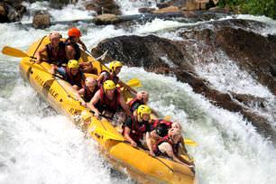 Volunteers-rafting-at-Queen-Elizabeth-National-Park-uganda
