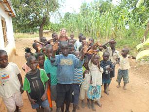 malawi-hayo-school-children-with-katie-castle