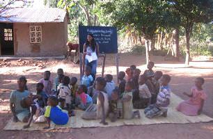 malawi-volunteer-teaching-class-outside