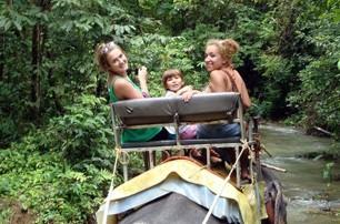 volunteer-takes-elephant-safari-thailand