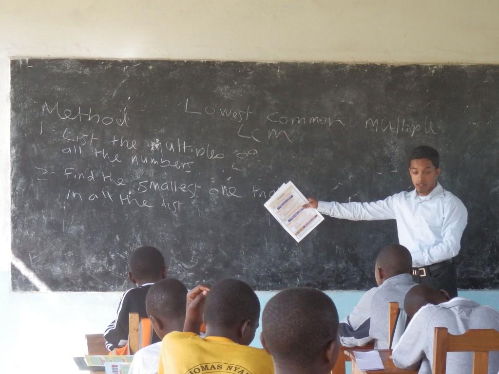 volunteer-teaches-maths-in-tanzania-school-1024x768
