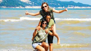 volunteers-at-beach-bulgaria